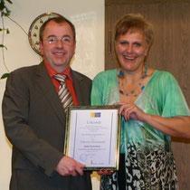 TF 2013 - Silberne Ehrennadel und Ehrung für über 25-jähriges Theaterspiel für Gabi Schiefele