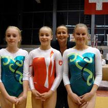 USTER - Rahel (National) Nicole (schw.NWK) Valerie (National) - hinten Trainerin Simone Hoffmann