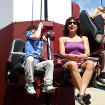 Ausflug Europapark 2011 - ... Krafttraining mal anders ... Elena und Sarah