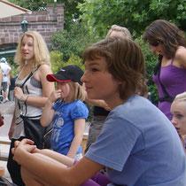 Ausflug Europapark 2011 - Leandra vorne, Isabelle hinten