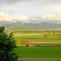 Blick auf die Rheinebene in Richtung Schauinsland und Belchen