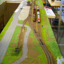zwei Güterzüge im Bahnhofsgelände