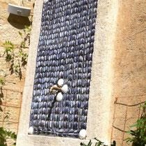 """Création d'une fontaine originale avec décor en coquillages dans la cour de l'hôtel """"La Maison d'Uzès (30)"""