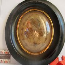 cadre oval en bois noirci avec 1 souvenir en cheveux d'une défunte des années 1875