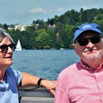 Gaby & Kurt geniessen die Schifffahrt.