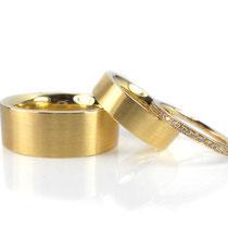 Massiv gearbeitete Trauringe in sattem Gelbgold 750/000 mit Memoire-Ring