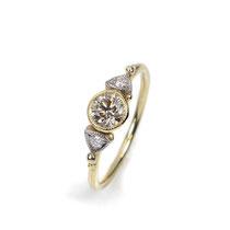 Romantischer Verlobungsring in Rosé- und Weißgold mit einem naturfarbenen brauen Diamanten