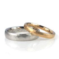 Hochzeitsringe 4.0 + 2.5 mm gehämmert und matt gebürstet, Damenring in Roségold 750/000, Herrenring in Platin 950/000