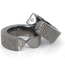 Massive Ringe in schwarz rhodiniertem Silber mit Brillanten