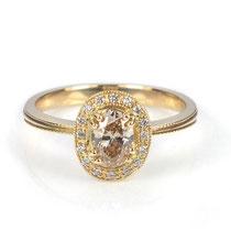 Klassischer Verlobungsring in Roségold mit naturfarbenem, ovalen Diamanten