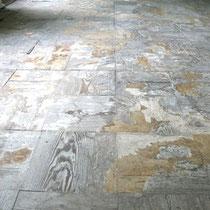 Zustand nach Entfernen der Spanplatten, Reste von Kleber und Spachtelmasse