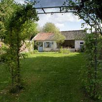 Jardin avec ancienne écurie au fond (actuellement un abri de jardin)