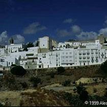 296.23 Vejer de la Frontera. Il colore dominante e' il bianco, sia per gli edifici antichi che per quelli moderni. © 1999 Alessandro Tintori