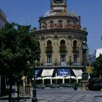 292.28 Il caratteristico palazzo con le insegne di Fundador, nella zona pedonale di Jerez. © 1999 Alessandro Tintori