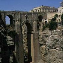 295.21 Ronda. Il Puente Nuevo supera la gola formata dal fiume Tajo, profonda quasi 100 metri. © 1999 Alessandro Tintori