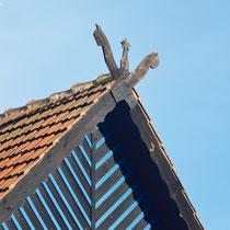Sorbisch/ wendische Schlangensymbole am Giebel der traditionellen Häuser