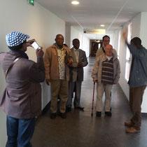 Visite au CHNM, accompagné par le Dr EBALE NLO qui nous explique comment les malades y sont soignés