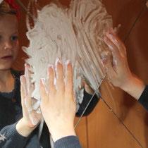 Spielen mit Rasierschaum auf dem Spiegel