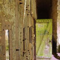 Nachträglich eingebaute Holztüre am Eingangstor