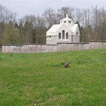 Sie befindet sich an der Stelle der zerstörten Kirche und des früheren Friedhofs, auf dem viele alte Grabsteine wiedergefunden werden konnten