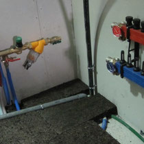 à droite nourrice pour les tuyaux de chauffage au sol