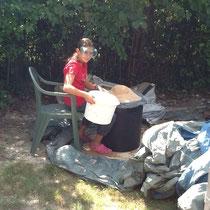 Héléna se prépare laborieusement au métier de paléontologue...
