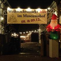 Der Eingang zum Trewwerer Weihnachtsmarkt 2012 im Museumshof