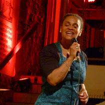 Cécile Verny, die Sängerin mit der charismatischen Stimme ....