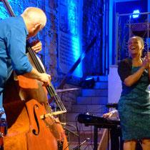 Lebensfreude pur - Ausgelassen jammte Cécile Verny mit ihren Musikern, hier der Bassist Bernd Heitzler in der Kelter von Bahnbrücken.