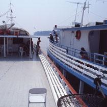 Les deux bateaux naviguent jumelés