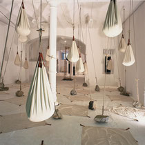 """""""Derrame y Tiempo"""" - coton,cuir, sable, corde, pierre - Barcelone 2005"""