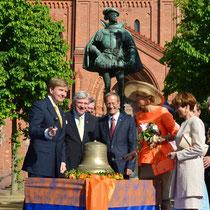 "По сигналу короля Нидерландов Виллема-Александера раздаётся звон колоколов висбаденской Маркткирхе. Foto © E. Blatt/Staatskanzlei Hessen. Репортаж ""АиФ.Европа"""
