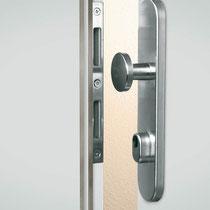 SICHER ABGEDECKT - Kein Angriffspunkt für Einbruchswerkzeug. Schutzbeschlag und verstärktes Schließblech
