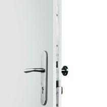 SICHER VERSPERRT - Schloss mit 6-fach-Verriegelung gegen Aufstemmen der Tür. 1 x Schlüssel drehen, 6 x sicher!