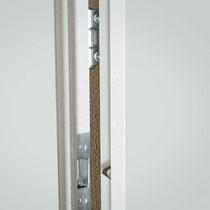 SICHER VERRIEGELT - 3 zusätzliche Bandsicherungen im Türblatt verriegeln fest mit der Zarge.