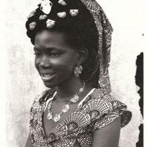 Seydou Keita - Photo 1 - 12,5 x 17,5 cm - Photo tirage argentique - Cachet du studio au dos du tirage (1998) - Prises de vues 1949 à 1951 - Signature de l'artiste - Encadrement sous verre bords métal noir mat (51 x 41cm). DISPONIBLE