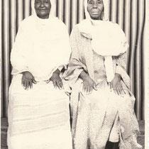 Malick Sidibe - Photo 1 - 12,5 x 17,5 cm - Photo tirage argentique - Cachet du studio au dos du tirage (années 1970) - Encadrement sous verre bords métal noir mat.