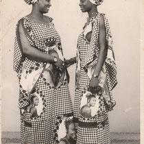Malick Sidibe - Photo 4 - 12,5 x 17,5 cm - Photo tirage argentique - Cachet du studio au dos du tirage (années 1970) - Encadrement sous verre bords métal noir mat (51 x 41cm). VENDU