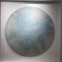 Aurélien GRUDZIEN - Réf. 272 - 112 cm (largeur) x 112 cm (hauteur) - Diamètre central 90 cm - Ciment / Pigments blancs et bleus clairs / bois / résine / vernis - Prix sur demande.