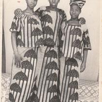 Malick Sidibe - Photo 3 - 12,5 x 17,5 cm - Photo tirage argentique - Cachet du studio au dos du tirage (années 1970) - Encadrement sous verre bords métal noir mat (51 x 41cm). DISPONIBLE