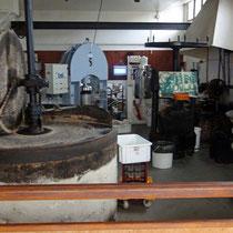 La meule en granit et toute l'installation pour extraire l'huile de noix