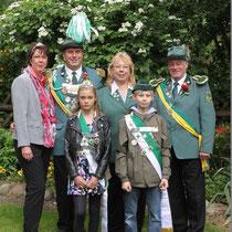 2013 - Gruppenbild mit Schützenkönig Jörg Timm und Gattin Konny, Kronprinz Peter Schulten und Gattin Christiane, Kinderkönige Lindsey Mücke und Marek Renz