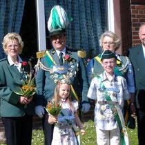 2006 - Schützenkönig Helmut Baak-Mirow mit Ehefrau Ingelore, Kinderkönigspaar Jaqueline Klein und Timo Timm, Kronprinzessin Magret Sievers mit Begleitung Horst Wacker