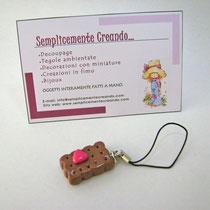 n. 01 Laccetto per cellulare con biscottino e cuoricino in fimo