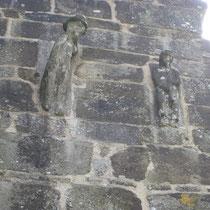 Sculpture en façade de la chapelle