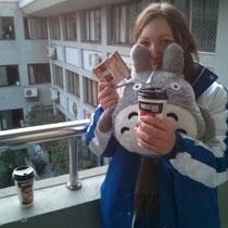 Und damit stehen Luzi und ich den Tag durch. Ich weiß echt nicht, was wir ohne Totoro und Kaffee machen würden :O