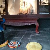 Im Tempel lagen Kissen auf dem Boden, damit man sich vor den Figuren der drei Brüder hinknien und beten konnte.