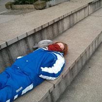 So schaue ich aber meistens eher aus: Schlafend aufm Sportplatz.