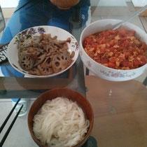 Luzi und ich versuchen uns am Chinesisch kochen (das Essen hier ist nämlich zugegebnermaßen halt echt geil). Eier mit Tomaten, Nudeln, Lotus. Einfach aber lecker :)