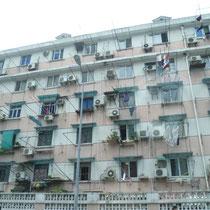 Nur ein kleiner Ausschnitt eines riesigen Häuserblocks auf irgendeiner Straße in Shanghai